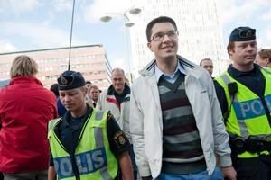 Sverigedemokraternas partiledare Jimmie Åkesson (SD) omgiven av poliser, på väg att förtidsrösta på tisdagen på Kulturhuset i Stockholm.