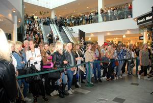 nyfikna. Gävles ungdomar samlades på Gallerian nian för att se hur Kanal 5:s Modelljakten gick till.