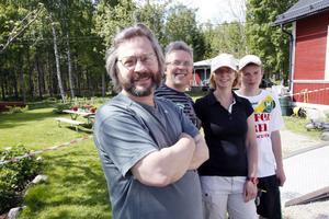 Kim Macay tillsammans med de nya vandrarhemsägarna Berry van Wijk, Harriet van Wijk och Dave van Wijk.