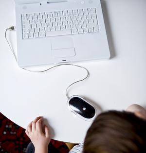 Framtiden är redan här. Skolan får inte längre framstå som en digital öken för de ungdomar som går där och som är uppväxta med den digitala världen. foto: scanpix