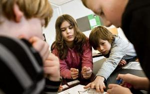 Tredjeklassare på en friskola i Åkersberga håller på med problemlösningsövningar i grupp. Foto: CHRISTINE OLSSON / TT