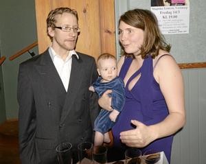 Teaterdirektörer. Jakob och Emma Svensson, är nyblivna teaterägare i Vretstorp. Sonen Simon föddes i samband med att teatern köptes för fyra månader sedan.