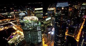 Vy över Singapore från 1-Altitude Gallery & Bar, världens högst belägna utomhusbar i en skyskrapa.