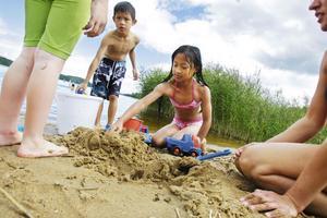 Thasi och Pawkukut lekte vid stranden.