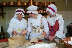 Det är mycket ordnande med maten inför det fina besöket. Från vänster kokerskan (Gun-Britt Kjettselberg), samt kökspigorna spelade av Tilda Kjettselberg) och Alva Kjettselberg