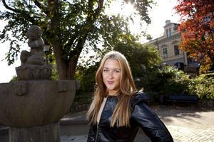Vill bo utomlands. Veckans 20-åring Josefin Svensson tror att hon bor i en jättefin lägenhet utomlands om tio år, driver minst tre företag och har en man om han har tur.foto: per g Norén