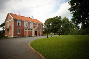 Karlslund är en av Östersunds äldre fem stadsdelar. Namnet kommer från den här gården, som en gång uppfördes av Carl Anton Lignell. De nuvarande ägarna har just tagit fram det som ska vara byggnadens ursprungliga färg.