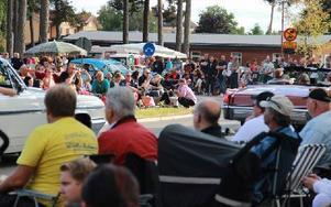 I rondellen vid knektplatsen var det proppfullt med folk, som kommit för att se finbilarna. Foto: Eric Salomonsson