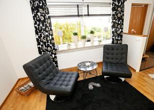Mysgrupp. Planskissens matplatsyta har Malms gjort till en loungeliknande plats. Bordets underrede är från Mio, skivan/brickan är från Ikea och stolarna från Chili.