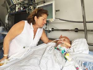 I snart två veckors tid har Hans Frisk intensivvårdats på ett sjukhus i Tyskland med Ulrika vid sin sida.