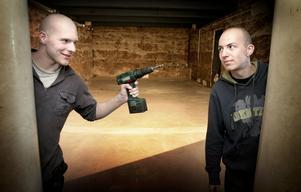 Snart är det andra vapen som gäller. Jonas Andersson, 22, och Alexander Östlund, 22, jobbar med att förvandla Saga Biografen till ett laserdome. Riktigt när krigandet kan börja är oklart. Killarna hoppas på sponsorer för att kunna köpa in utrustning.