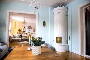 Kakelugnen är nyuppsatt och har tidigare stått i ett hus i Kramfors.