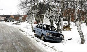 En knappast körduglig bil på vägrenen i Bollstabruk. Ett av många exempel på problematiken.