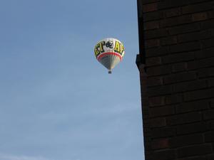 Barnen skrek att det var en luftballong uppe i himlen och när jag kikade så såg jag denna.