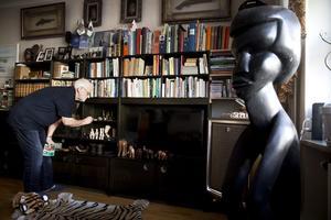 Rolf Briskans hem är fullt med föremål som minner om hans år utomlands. Till höger i bild en staty som Rolf gillar lite extra, som är från ett Leprasjukhus i Liberia.