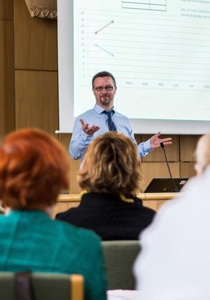 Socialchefen Tommy Stokka varnar för konsekvenserna om inte politikerna tar frågan på allvar.