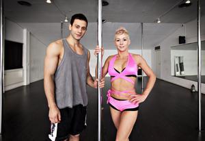 Till vardags är Ibrahim Tunc danslärare och extraknäcker som modell och statist. Sanna Larsson är poledanceinstruktör och jobbar som personlig assistent.