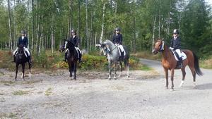 Fagersta Ryttarklubb vann dressyrtävlingen i Arboga, division 2, med från höger Clara Ivarsson på Celine (vann individuellt i C-klassen), Emilia Sörengård på Wille (kom tvåa individuellt i D-klassen), Josefine Lindfors på Mogge och Selma Kantoniemi på Plopp.