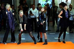 Dansande mannekänger. Gallerian nian bjöd besökarna på en show med både modevisning och dans.