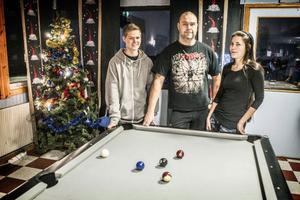 Johan Thoresson från UNF och fritidsledarna Jörgen Bylander och Sara Lundberg kommer att jobba på fritidsgården Briggen på julafton.