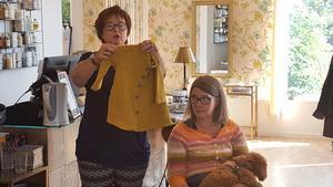 Stickcaféts deltagare använder varandra som råd och stöd i sitt stickande. Benita Brooks har stickat en barnkappa och ber om tips för en liten förändring hon behöver göra.