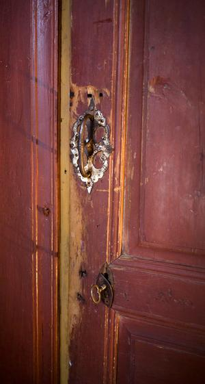 Många av de gamla dörrarna i huset har förvandlats till skjutdörrar av praktiska skäl.