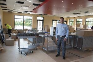 De sista förberedelserna inför öppningen av Burger King är i full gång. Under måndagen kom delarna till köket, som nu ska monteras.