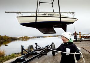 Jenny Berglund styr med tampen när båten I Wind lotsas till sin vagga.