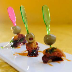 Påskalammet representeras av spett med kryddig lammkorv.