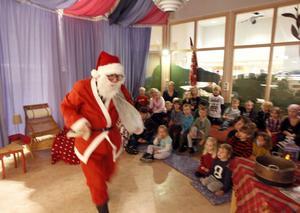 Karin Björklund spelade tomten som sov över på julafton. Barnen skrattade vilt åt den jättegamle och klumpige tomten.