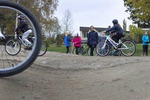 I en pumptrack drivs cykeln fram över gupp, hopp och genom lutande kurvor med hjälp av pumpande rörelser.