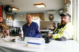 """Beklämda. Stefan Brever och Jan-Ivar Olsson gör ibland jobb inne på Sandvik. De tyckte att dödsolyckan på måndagen vart otroligt tragisk. """"Det här är så tragiskt för de anhöriga och arbetskamraterna. Man kan aldrig vara förberedd på att något sådant här ska hända"""", säger Jan-Ivar Olsson."""