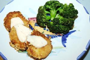 Krabbkakor med broccoli och sweet chili-sås med creme fraiche. Helt underbart gott. Tänk på att laborera själv med olika ingredienser. Grundrecept hittar du via länken i artikeln.