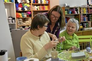 Garner. Deltagarna ger varandra tips och råd, här Eva Persson, Marie-Louise Almer och Lumia Jansson. Marie-Louise kan det mesta som är värt att veta om olika garner.