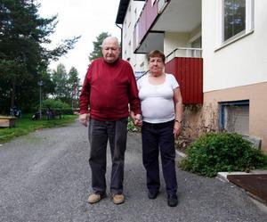 – Vi känner oss inte direkt välkommen till Krokom, säger Nils-Olof Olofsson och hans fru Karin.