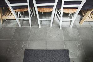 Betongplattor på orangeriets golv.