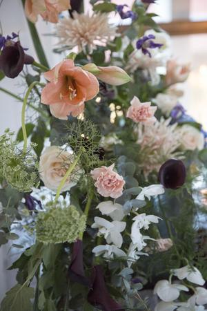 Aprikost blått och vitt är färgttemat i dukningen och blomorna. Kalla, amaryllis, rosor, nejlikor  och orkideer i en yvig bohemisk mix.
