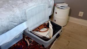 """Under sängen. """"Här finns en jättestor yta! Utöver sängar med inbyggd förvaring är det bästa lådor på hjul som är lätta att komma åt och som har viklock, så att man inte alltid behöver dra ut hela lådan. Här har jag en reselåda med till exempel necessärer och badgrejer, det underlättar även packningen eftersom jag påminns om vad jag måste ta med. Jag har en låda för väskor, en låda för extralakan till gäster och så förvarar jag skrymmande saker som kamerastativ här."""""""