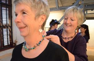 Modeshowen pågår. Margareth Slöjdare får hjälp med kläder och smycken av Barbro Bohlin.
