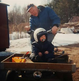 Gösta Hammar skjutsar barnbarnet Patrik Hammar på flakmopeden som nu har blivit stulen.
