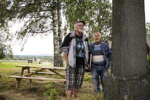 Peter Jonaszon, hembygdsföreningens ordförande, och Stålbergs släkting Rune Eriksson.