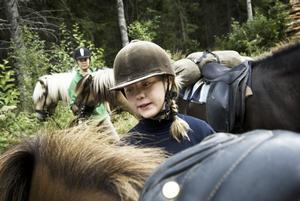 Äventyr. 13-åriga Emma Alvin ser ut som om hon aldrig gjort annat än att rida på hästen Kopar, men faktum är att hon nästan aldrig har ridit förut. – Det är jättekul, vi övernattade i indiankåta och hästarna sov i en hage bredvid. Foto:Stina Rapp