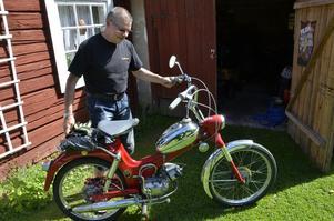 Moped. Intresset för motorer har Lars-Erik Andersson med sig sedan unga år. Den första egna fordonet var en Puch Florida från 1967. Den sålde han för 800 kronor och en elgitarr. När han sedan ångrade sig fick han tag i en likadan som renoverades.
