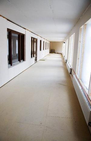 Den nybyggda korridoren i anslutning till folktandvårdens lokaler gör mattransporterna till Bergsgården mycket mer hygieniska.
