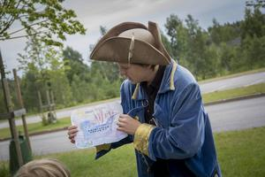 Första etappen handlade om att rita piratskepp. Klok visar stolt upp sin teckning.