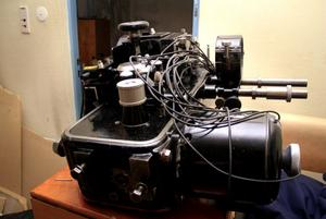 Den gamla projektorn ställs ut i biofoajén.