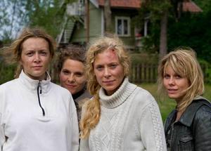 Här går det vilt till. Under inspelningarna haltade Mirja Turestedt efter en våldsam scen. Från vänster: Mirja Turestedt, Vanna Rosenberg, Eva Röse och Helena af Sandeberg.