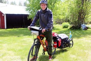 Simon Tångö på sin cykel som han ska ta hela vägen från Karlstad till Kebnekaise och tillbaka.