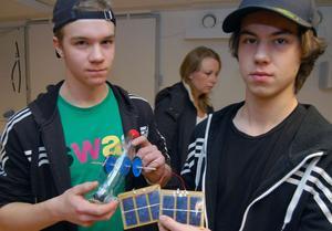 Erik Vikström och Johan Matsuhashi i teknikprogrammets årskurs ett visar en solcellsbil med en aerodynamisk flaska som chassi.
