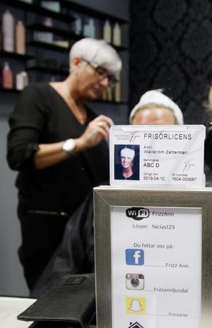 Frisörlicensen ska enligt regelverket vara placerad på spegeln hos frisören, så att kunden lätt kan se om deras frisör har licens.